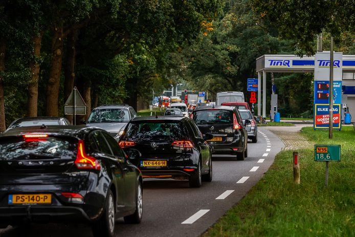 Langzaam rijdend verkeer op de rijksweg N35 nabij kruispunt Bos met de N348 .