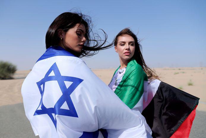 Het Israëlische model May Tager poseert samen met Anastasia Bandarenka, een van oorsprong Russisch model uit Dubai.