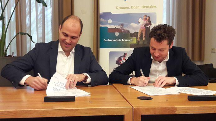 Rogier Arntz (l) van Stegron Vastgoed en wethouder Thom Blankers van Heusden zetten donderdag hun handtekening onder het verkoopcontract van de oude gieterij in Drunen.