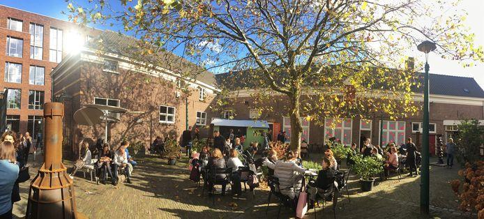 Bij De Kazerne genieten DDW-bezoekers van het herfstzonnetje.