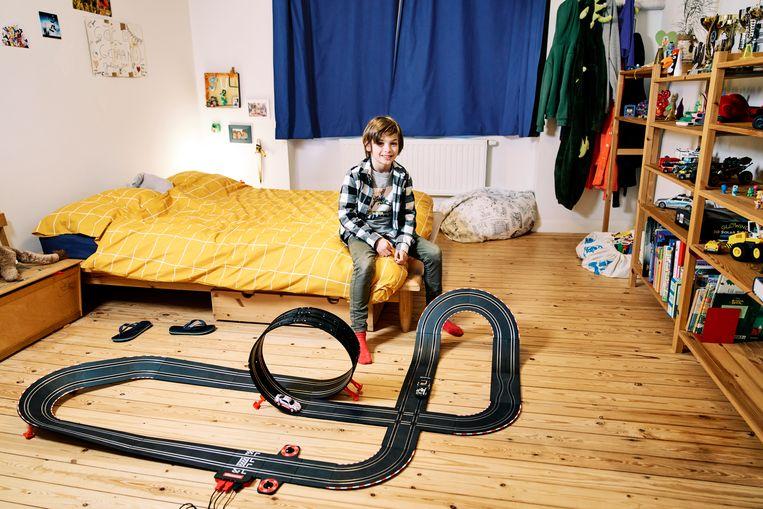 Julian Jan zit niet veel op zijn kamer, enkel om met zijn racebaan te spelen.   Beeld Joris Casaer