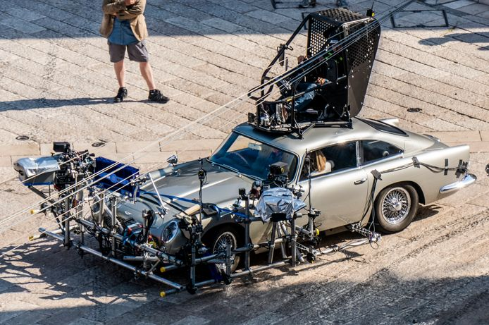 Tijdens de opnamen: zo wordt er met de Aston Martin DB5 gestunt in de film