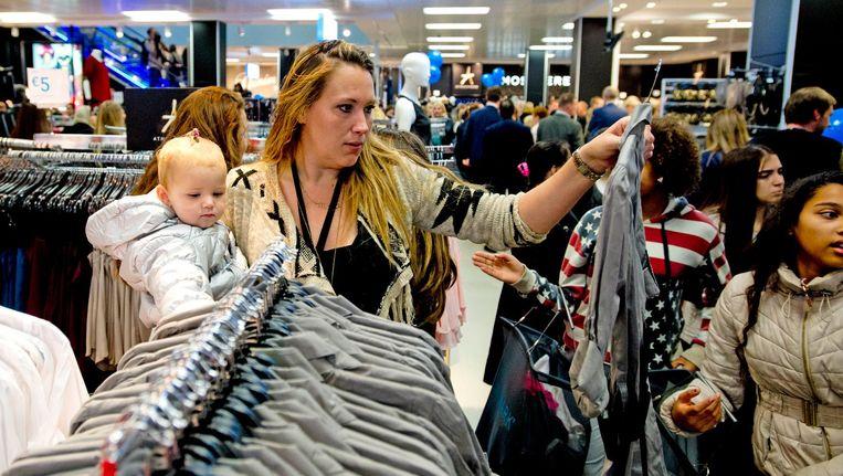 Klanten winkelen in een Primark in Zoetermeer Beeld anp