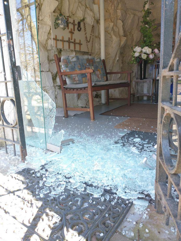 De toegangsdeur naar de Mariagrot in Heinkenszand is vernield
