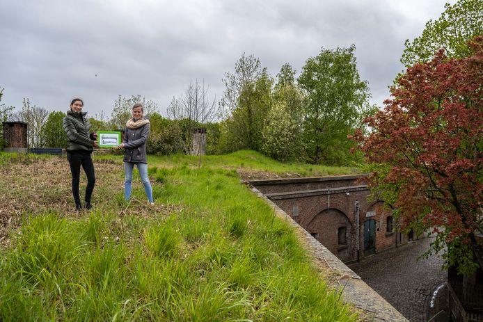 Directeur Isabelle Putteman en Nathalie Segers van het Oscar Romerocollege willen bovenop 'de bastions' een natuureducatief project uitbouwen.