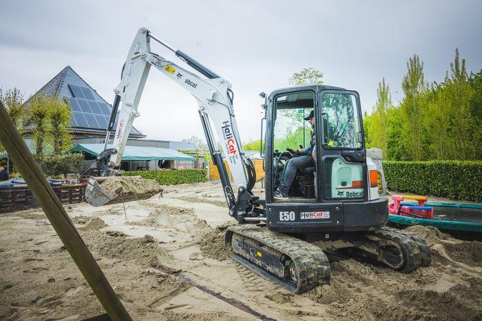 Een kraan haalt de 7,5 ton zand weer weg van het terras van LEF