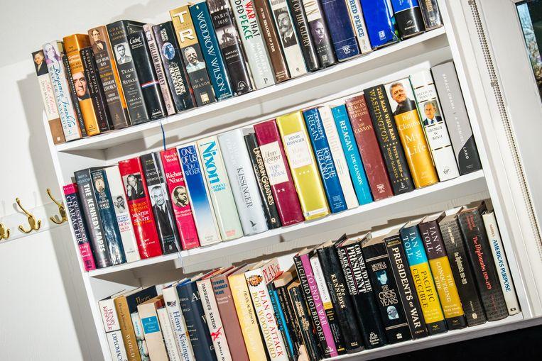 Boekenkast in de werkkamer van Lionel. Beeld Alexander Coggin