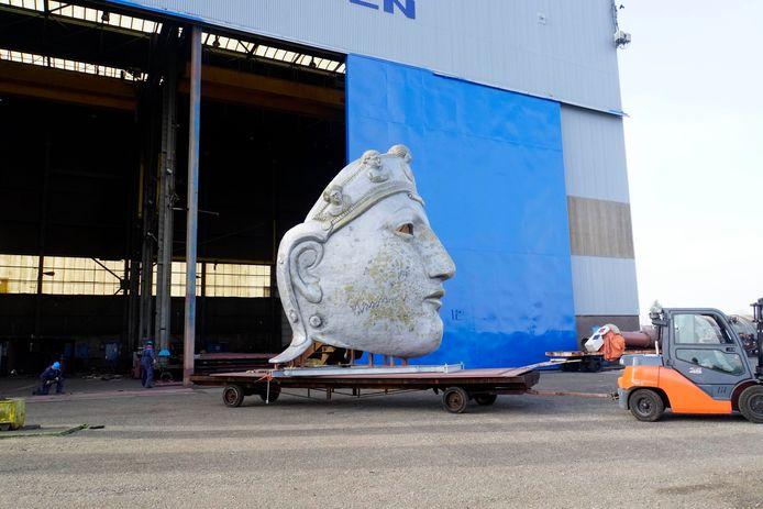 Dinsdag. Het Romeins masker wordt in Millingen uit de hal van de scheepswerf gereden.