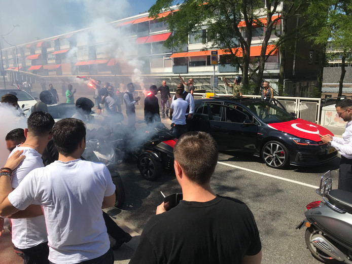 Zaterdag blokkeerden bruiloftsgasten een weg in het centrum van Vlaardingen en staken zij vuurwerk af.