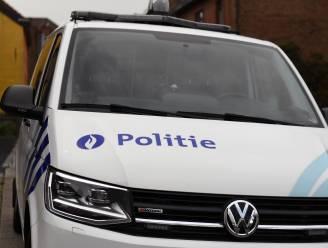 Man raast met slippende banden net naast agenten
