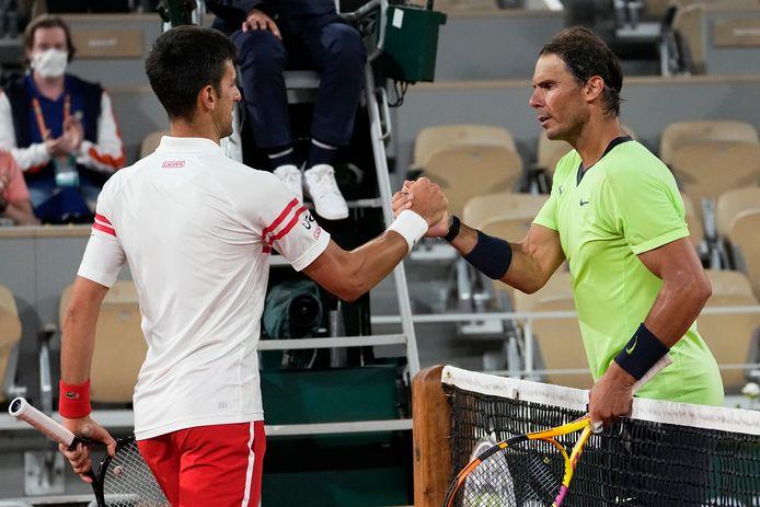 Novak Djokovic krijgt de felicitaties van Rafael Nadal.