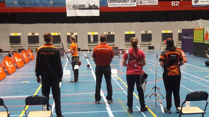 Laura van der Winkel in actie tijdens de finale tegen Sietske Visser (2e van rechts). Helemaal rechts Vissers coach Sanne de Laat, de Nederlandse kampioene in de compoundklasse.