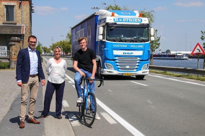 Stijn De Roo, Joke Schauvliege en Sven Roegiers aan de onveilige Langerbruggekaai.