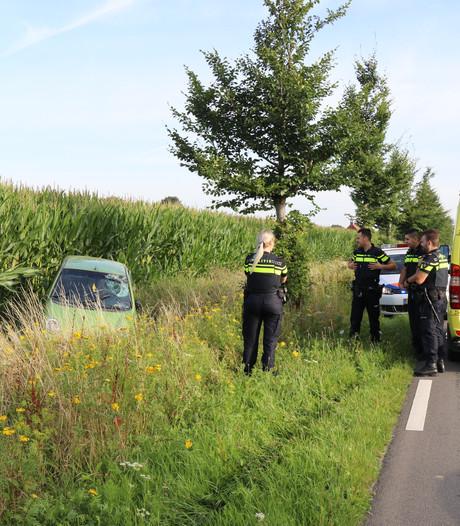 Vrouw rijdt via berm en sloot maisveld in bij Beugen