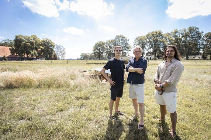 Herman Kok heeft vergevorderde plannen voor zonne-energie Hoge Boekel . Het moet 1200 huishoudens van groene stroom voorzien. Plannen stuiten op verzet bij aantal aanwonenden. Herman Kok met zonen Jim (rechts) en Mick.