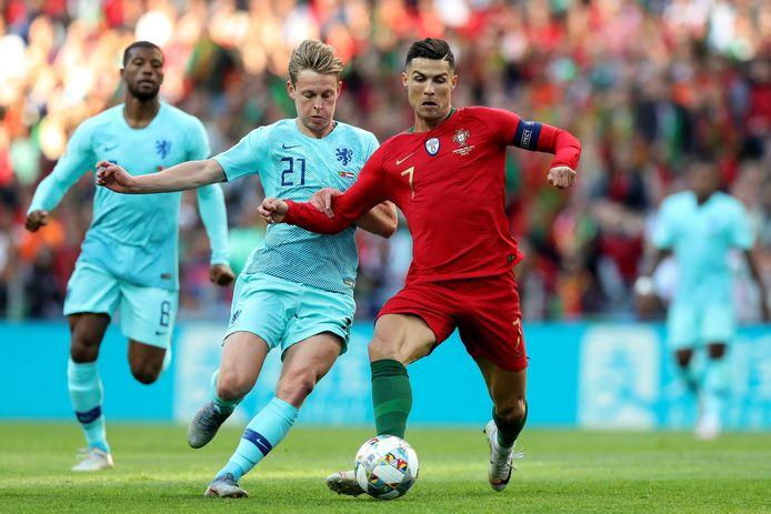 Frenkie de Jong en Cristiano Ronaldo in duel tijdens de finale van de Nations League in Porto op 9 juni 2019.