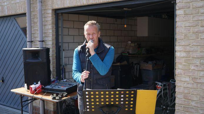 Zanger Gunther Van Landeghem voor zijn garage.