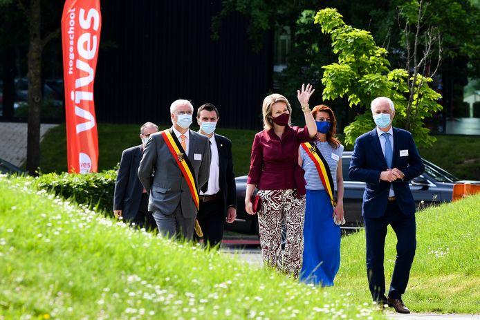 Koningin Mathilde was in het gezelschap van enkele gasten, zoals (links vooraan) gouverneur Carl Decaluwé, naast haar Kortrijks burgemeester Ruth Vandenberghe en (rechts) Lieven Danneels, voorzitter van de raad van bestuur van Vives