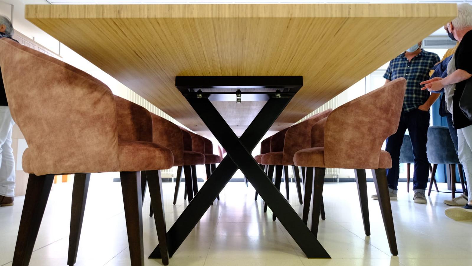 De gekruiste poten en het minimale kader maken de tafel rolstoeltoegankelijk