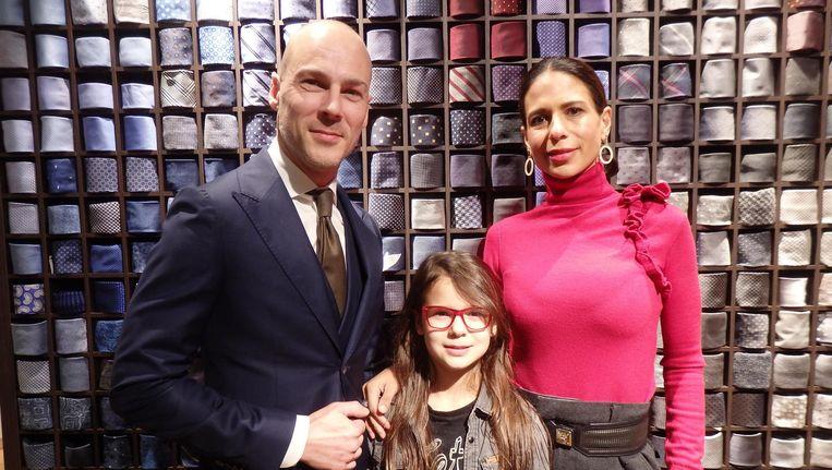 Eigenaar Chris van Luxemburg met dochter Amélie en vrouw Amber. 'Amélie en ik hebben samen de dassenwand gevuld. Bij driehonderd was ze er wel klaar mee' Beeld Schuim
