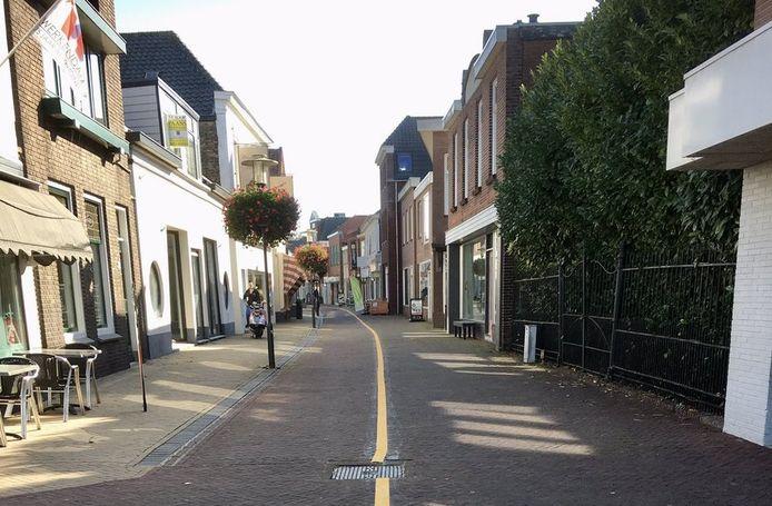 Een gele streep door de Hoogstraat in Werkendam.