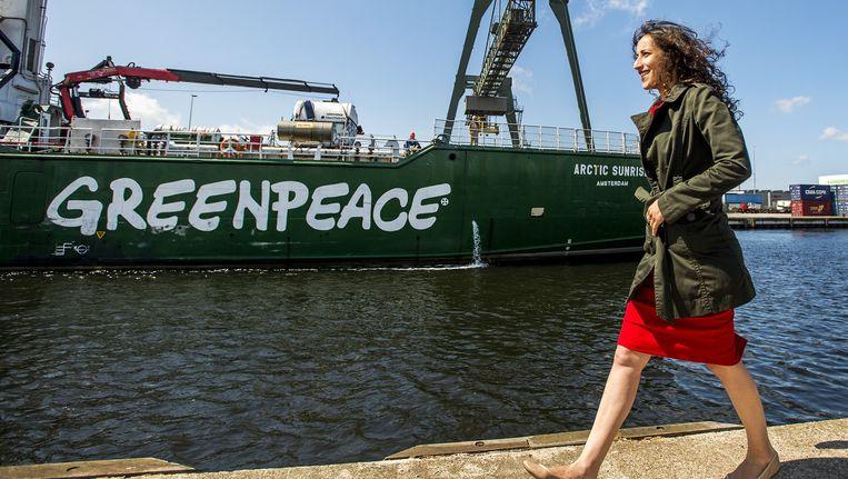 Bemanningslid Faiza Oulahsen die in Rusland gevangen werd genomen, neemt een kijkje op het actieschip Arctic Sunrise van milieuorganisatie Greenpeace Beeld anp