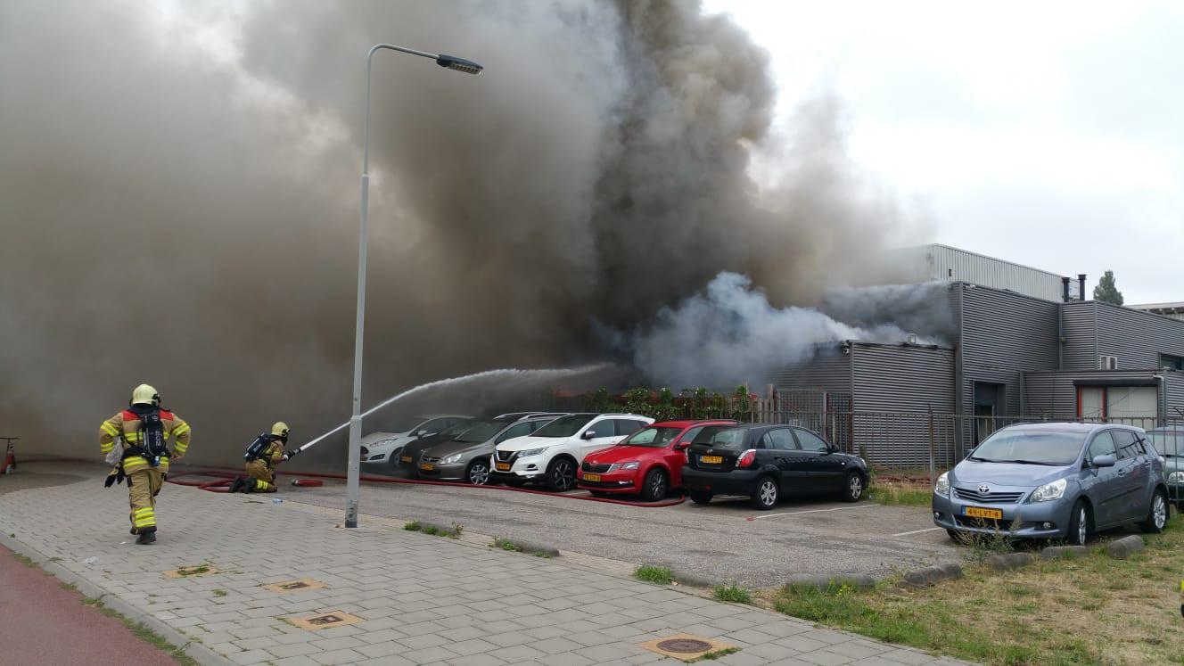 De brandweer bestrijdt de grote brand in het voormalige poeliersbedrijf Blom in Arnhem.