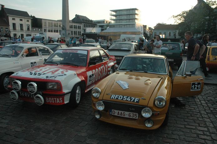 Aan de start op de Grote Markt van Ronse: de Opel Ascona van het duo Davids-Wylaars uit Nederland naast de Austin Cooper van Berloo-Doolaeghe.