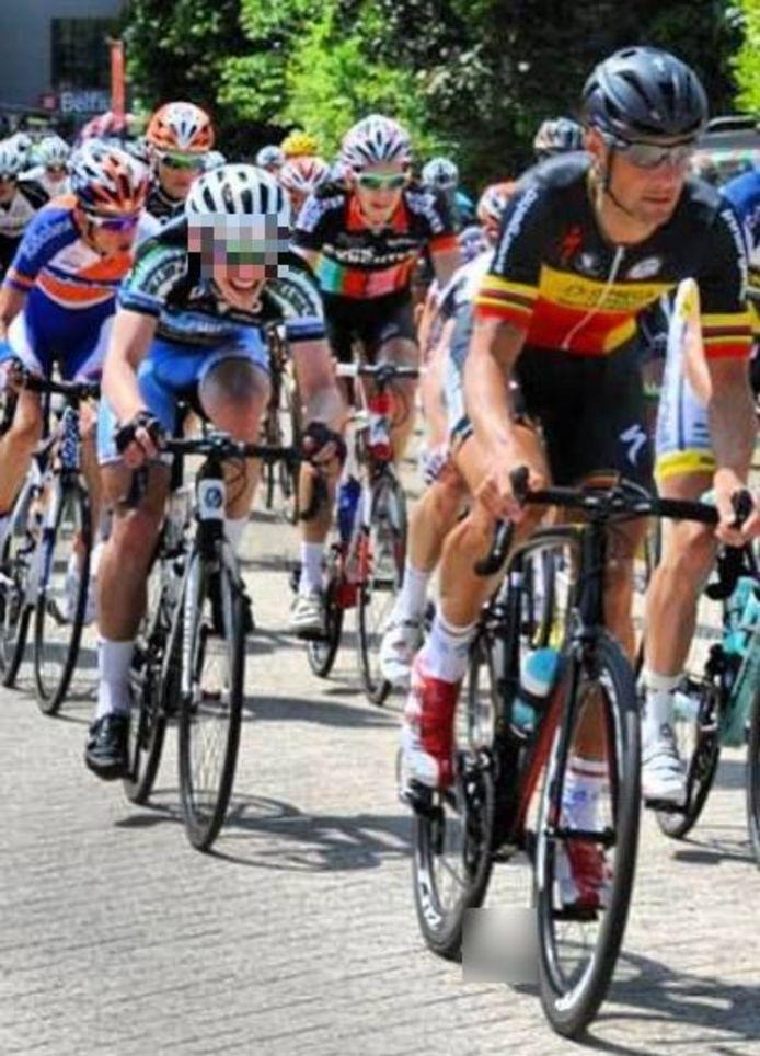 Oskar G., in 2013 nog een groot wielertalent, in het wiel van Belgisch kampioen Tom Boonen.