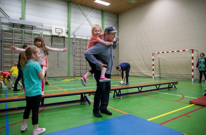 Ouders mogen meedoen met de gymles op de Franciscusschool in Ede.
