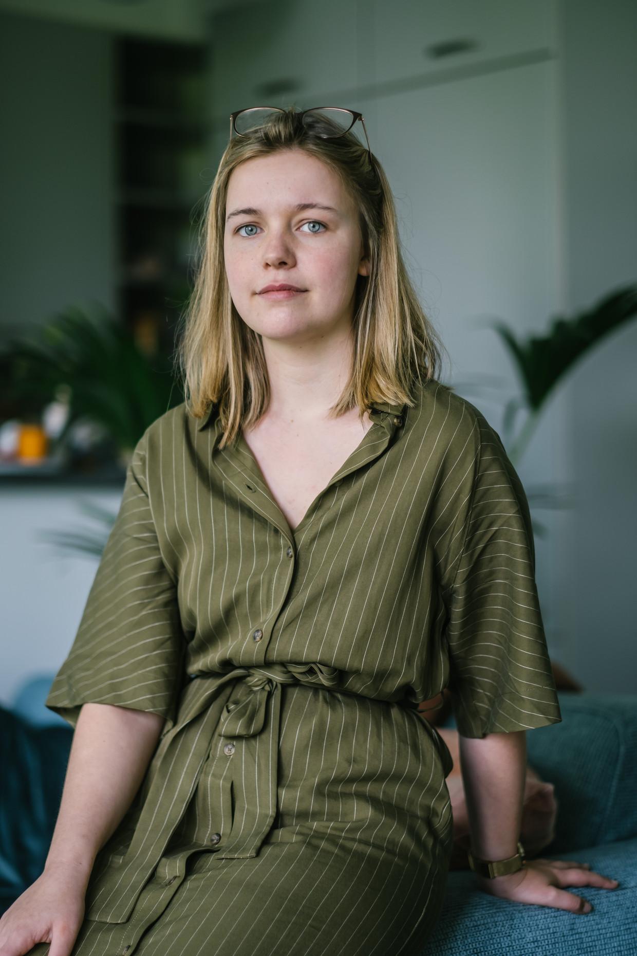 Portret van Lore (24). Pas onlangs, na talloze doktersbezoeken, ontdekte ze dat de pijn die ze al jaren voelde een naam had, én dat er een behandeling was.