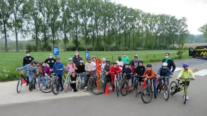 Ex-veldrijder Rudy De Bie test hoe behendig de schoolkinderen in Schorisse zijn op de fiets