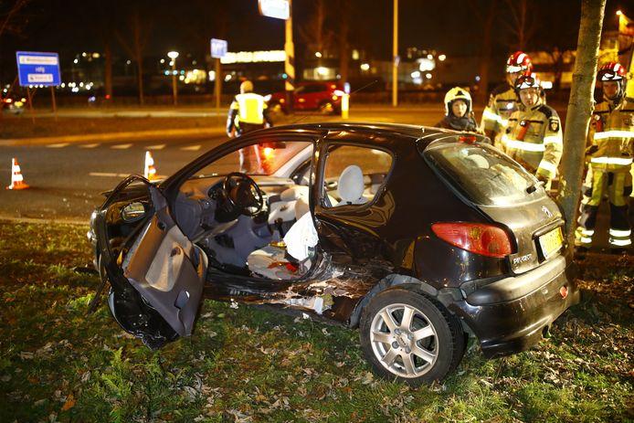 Een bestuurder moest door de brandweer bevrijd worden uit de auto.
