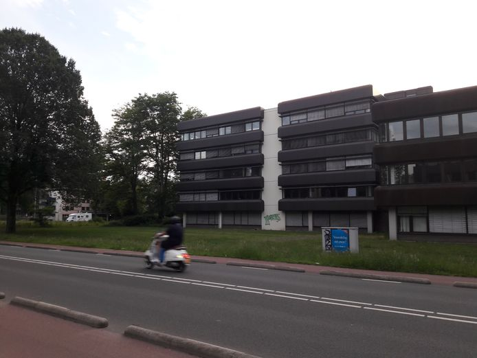 Het kantoorpand aan de dr. Hub van Doorneweg in Tilburg waar volgens de plannen in twee fases 190 arbeidsmigranten worden gehuisvest. In de eerste fase zijn dat er 100.