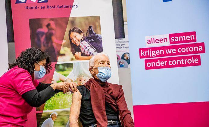 Op 26 januari gaf de GGD Noord- en Oost-Gelderland de landelijke aftrap in Apeldoorn voor de vaccinatie van 90-jarigen die thuiswonen.