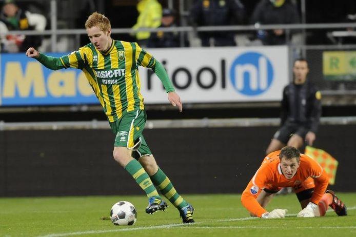 ADO-spits Mike van Duinen heeft Heracles-doelman Remko Pasveer omspeeld en tekent al in de 8e minuut de 1-0 aan in Den Haag. foto Jasper Ruhe/ProShots