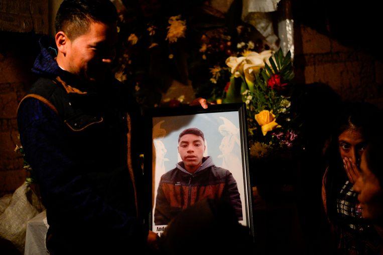 Portret van de 16-jarige Guatemalaanse migrant Anderson, die een van de negentien doden zou zijn.   Beeld AFP