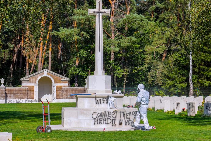 Schoonmaken van het militair kerkhof in Mierlo.