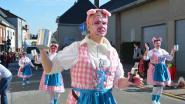 Carnavalisten lachen met varkenskopverkoop