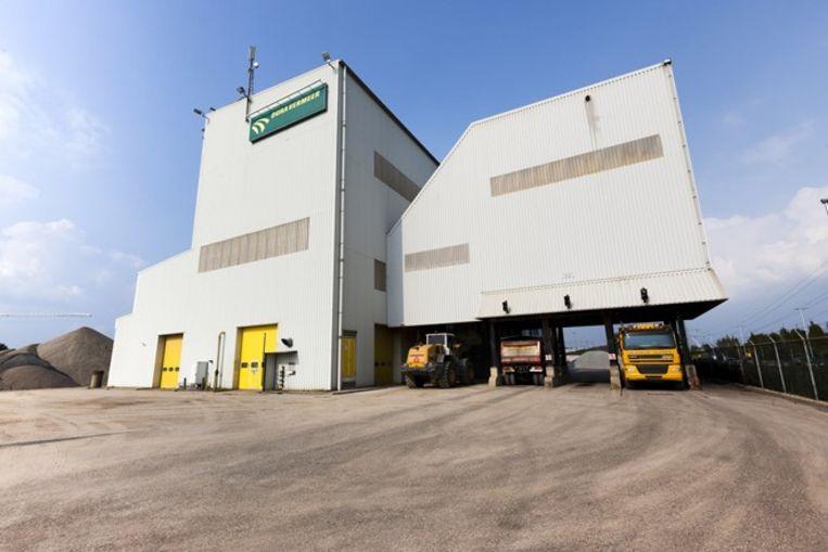 De fabriek van APN, Asfalt Productie Nijmegen, die volgens een recent onderzoek zeventien keer meer kankerverwekkende stoffen uitstoot dan toegestaan. Beeld Dura Vermeer