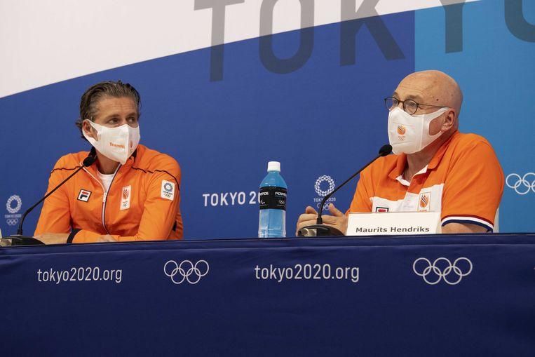 Chef de mission Pieter van den Hoogenband en technisch directeur Maurits Hendriks hadden geen goed woord over voor de Japanse organisatie. Beeld ANP