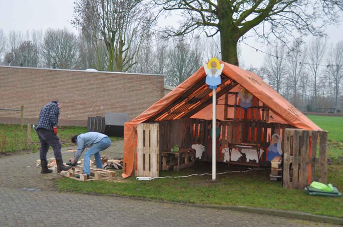 Buurtbewoners bouwen een kerststal in de Marijkelaan.