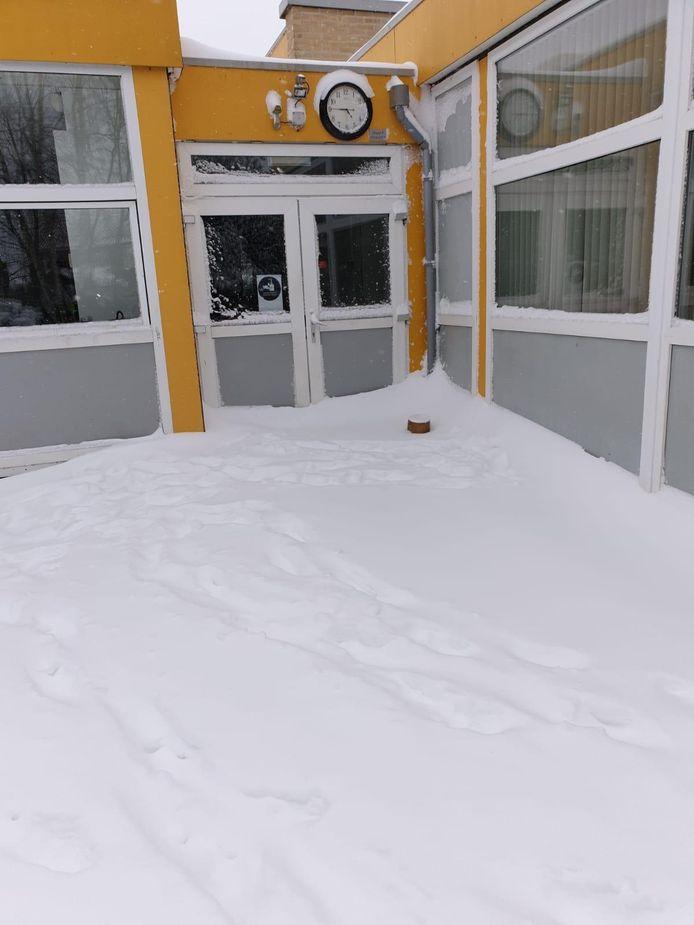 De dicht gesneeuwde entree van de basisschool in Toldijk.