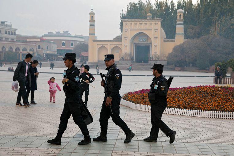 Veiligheidspersoneel in de buurt van een moskee die veelvuldig door Oeigoeren bezocht wordt in het westen van China. Beeld AP