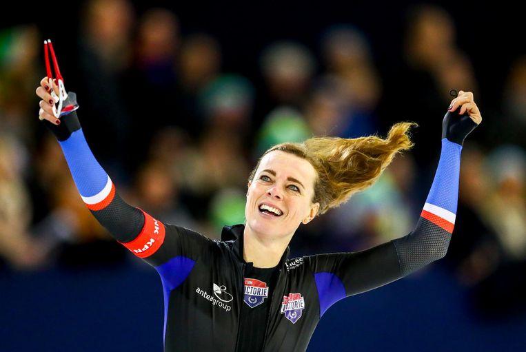 Marije Joling viert het winnen van het NK allround. Beeld anp