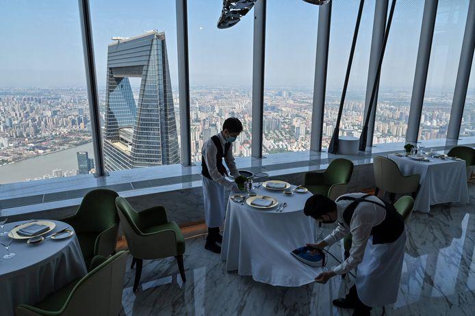 Medewerkers zorgen dat alles tot in de puntjes in orde is voor de opening van het J Hotel, het hoogste hotel ter wereld.