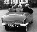 1958: met z'n drietjes in een Frisky? Moet kunnen!