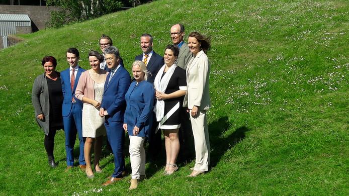 Wethouders en fractievoorzitters te Ede poseren. Van links naar rechts: Gabriëlle Hazeleger (GemeenteBelangen), Jan-Pieter van der Schans (CDA), Cora Otter (ChristenUnie), Peter de Pater (GemeenteBelangen), Leon Meijer (ChristenUnie), Ellen Out (GroenLinks), Bart Omlo (VVD), Willemien Vreugdenhil (CDA), Lex Hoefsloot (GroenLinks) en Hester Veltman (VVD).