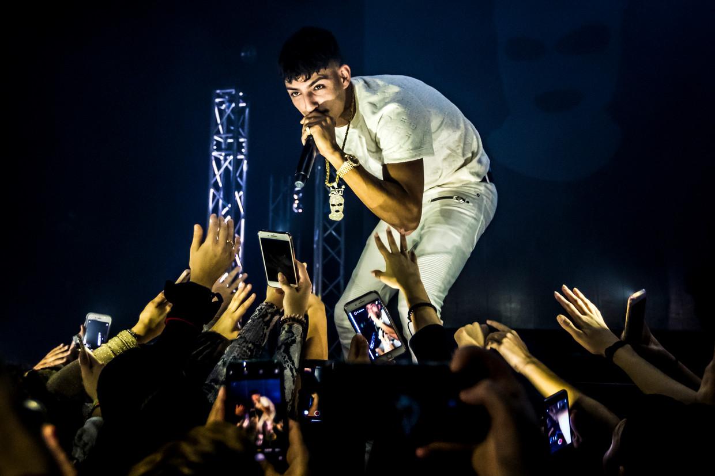 Rapper Boef gaf in poptempel Doornroosje Nijmegen een optreden. De vele fans wilden allemaal een handje geven of op z'n minst het hele concert filmen met hun mobiel.  Beeld Hollandse Hoogte