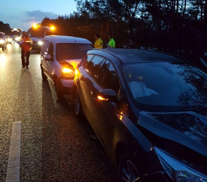 Op de A28 tussen 't Harde en Nunspeet is de linker rijstrook afgesloten door een ongeval.
